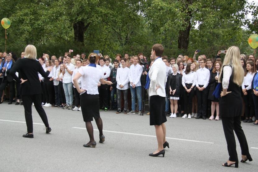 +Галерея. Президент Эстонии  поздравила нарвских школьников с началом учебного года