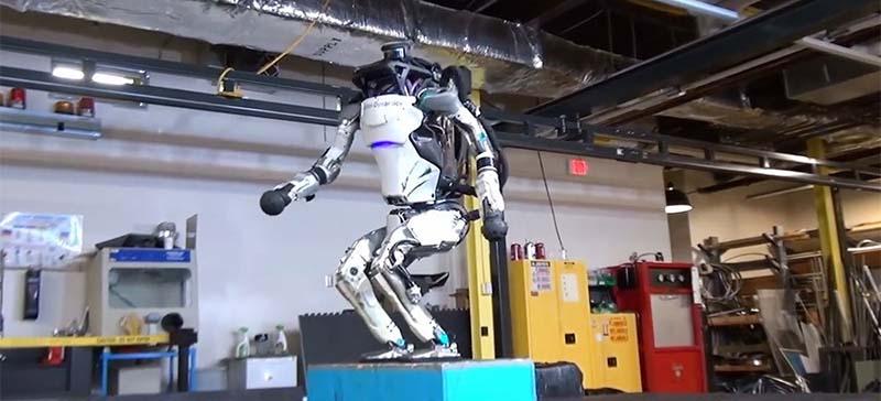 Boston Dynamics научили робота паркуру