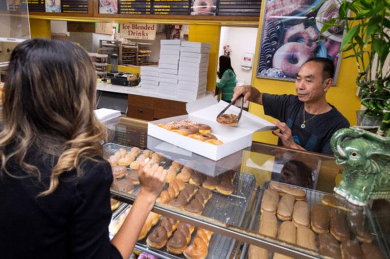 Жители калифорнийского города нашли способ помочь пекарю чаще навещать жену