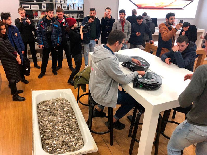 Москвич купил iPhone за 100 тысяч рублей, расплатившись ванной мелочи