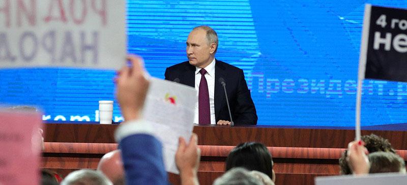 Большая пресс-конференция Путина в День чекиста: журналисты привлекают внимание президента необычными нарядами и атрибутами