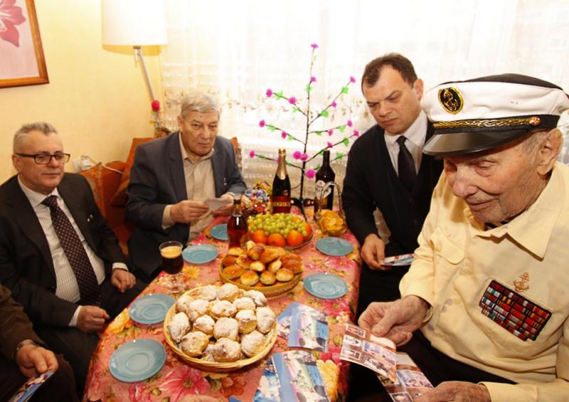 Генконсул России в Нарве поздравил ветерана со 104-летием