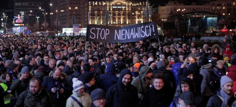 Тысячи поляков вышли на улицы из-за убийства мэра Гданьска