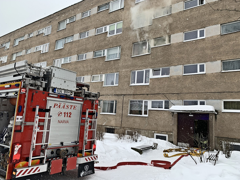 В Нарве в задымленной квартире спасатели обнаружили труп мужчины