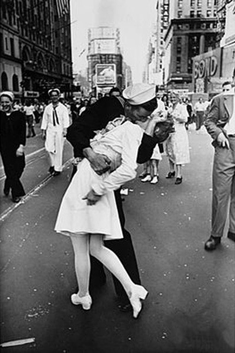 "В США, не дожив два дня до 96-летия, умер моряк со знаменитого фото ""Поцелуй на Таймс-сквер"""