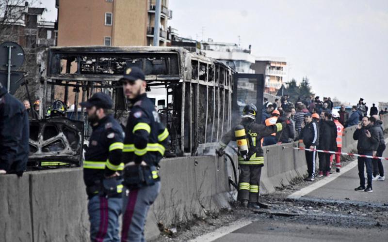 В Италии водитель школьного автобуса поджег его вместе с детьми, все дети спасены
