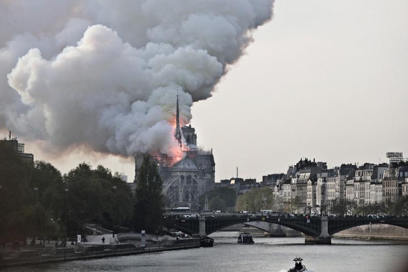 +ВИДЕО. Пожар в соборе Парижской Богоматери взят под контроль