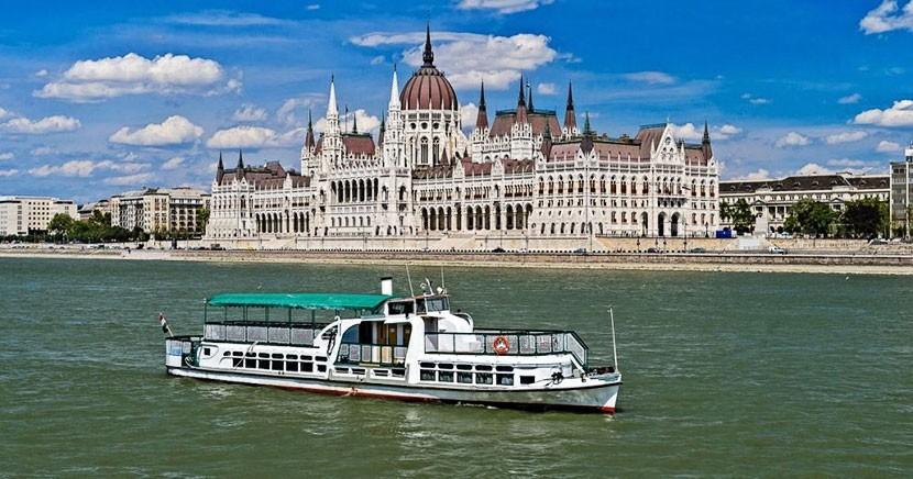 Прогулочный катер с десятками туристов на борту затонул в Будапеште, семь человек погибли