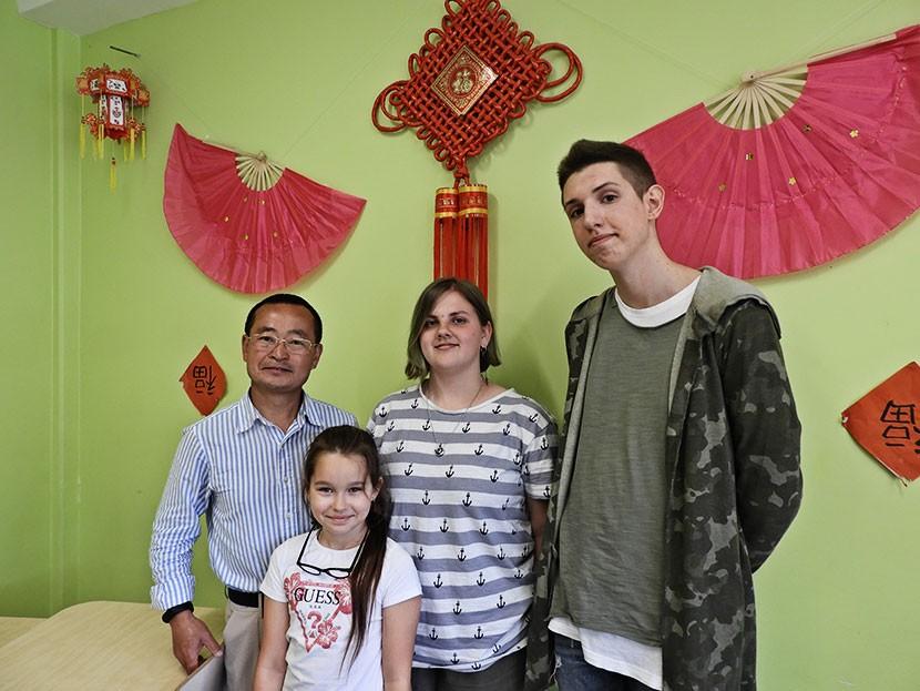 Приобщает к китайской культуре  через баню, пельмени и чай