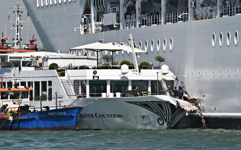 ВИДЕО: в Венеции круизный лайнер столкнулся с прогулочным катером