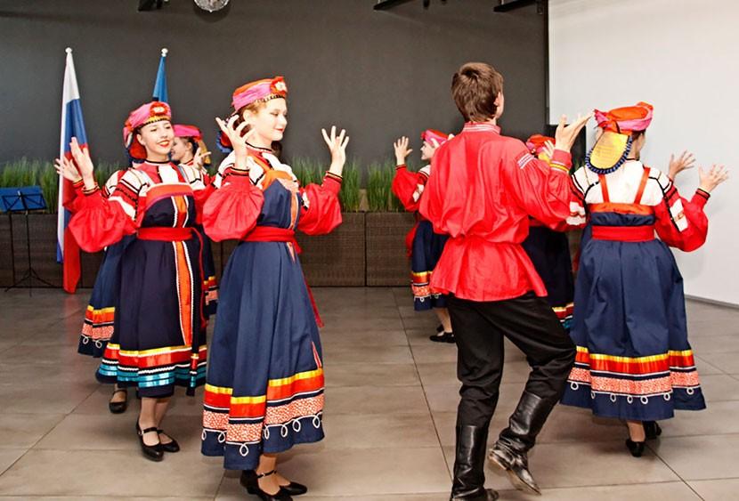 + Галерея. Генконсул России устроил в Нарве прием по случаю праздника своей страны