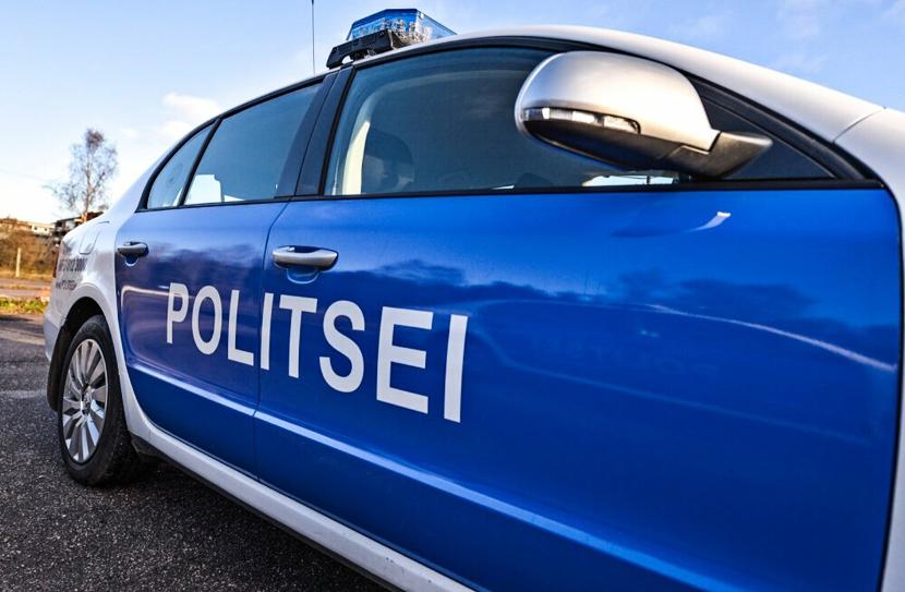 В Нарве ехавший задним ходом автомобиль сбил женщину: пострадавшая в больнице
