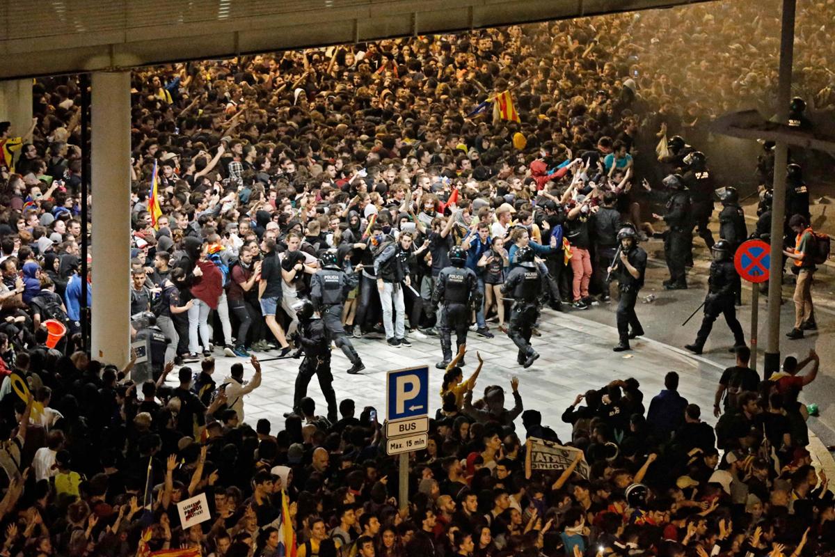 Протесты против приговоров каталонским лидерам нарушили работу аэропорта Барселоны
