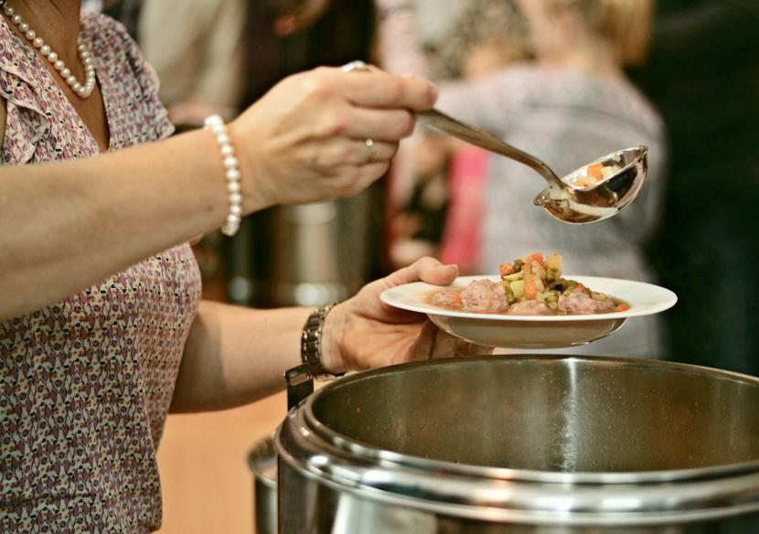 Малоимущие могут получить горячий суп и продуктовые наборы