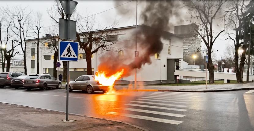+Видео. Работавший на газе автомобиль загорелся прямо на улице