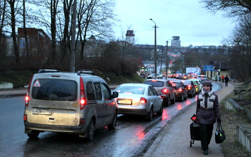 За российские праздничные каникулы через Ивангород в Эстонию и обратно проследовали более 143 тысяч человек пешком, на автомобилях, автобусах и по железной дороге