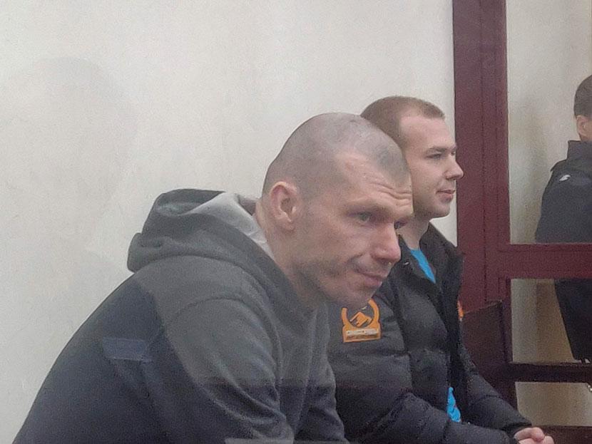 ВИДЕО И ФОТО: Двое подсудимых отрицают свою вину в попытке убийства полицейского в Нарвском арестном доме. «Бил шариковой ручкой в область лица»