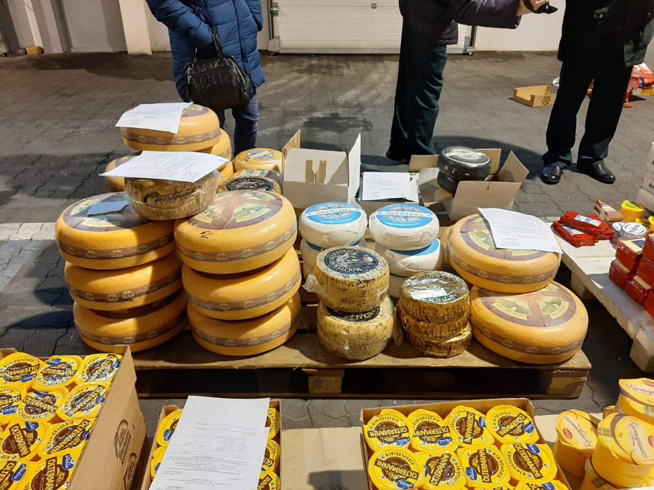 ФОТО: Европейский сыр не пройдет! 1,5 тонны еды из ЕС сожгли на Выборгской таможне