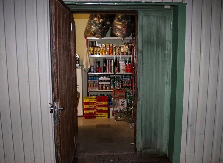 Тащат деньги из кассы, сигареты, алкоголь, продукты. В сельской местности участились кражи из магазинов. Возможно, действует одна группировка