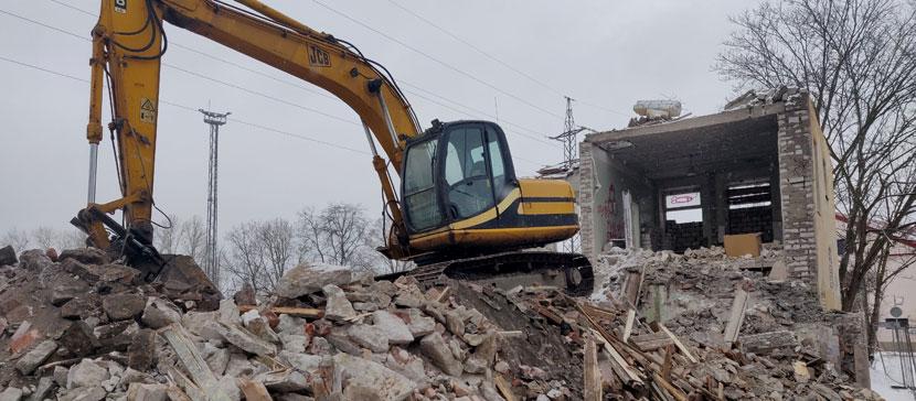 ФОТО: В среду в Нарве снесли 3-этажный дом