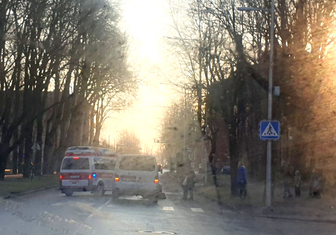 Не уступил. В Нарве на пешеходном переходе у Кренгольмской гимназии автомобиль сбил 9-летнего мальчика