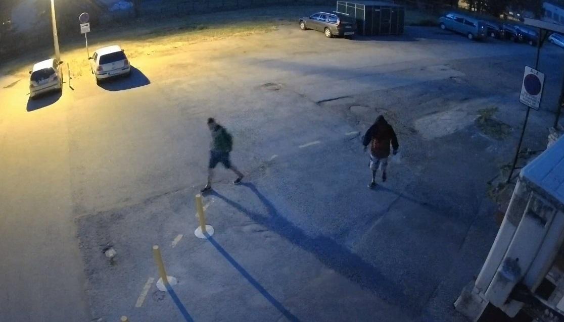 ВИДЕО: Полиция продолжает искать мужчин, спаливших в Нарве в прошлом году автомобиль, стоимостью 16 000 евро