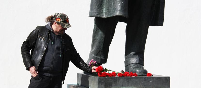 ФОТО: Ленину – 150 лет. Нарвитяне возлагают цветы к памятнику. «За преступления Сталина Ильич ответственности не несет»