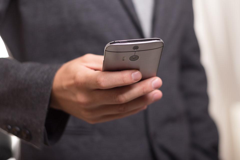 В Кохтла-Ярве неизвестный взял дорогой смартфон у 30-летнего мужчины, «чтобы позвонить», и оставил его себе