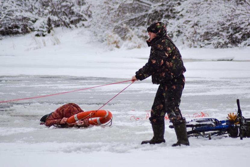 На Липовке спасли провалившегося под лед рыбака