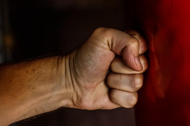 Ударивший 92-летнюю бабушку нарвитянин получил условный срок