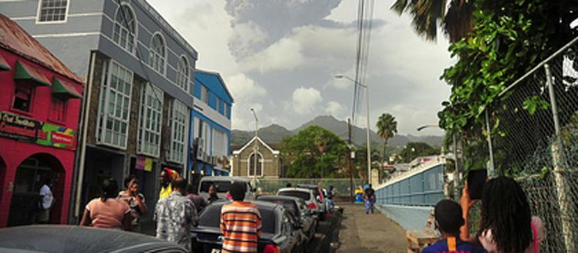 С охваченного бедствием острова эвакуируют только вакцинированных