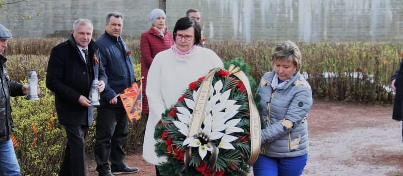 Мэр города и депутаты городского собрания возложили цветы и венки