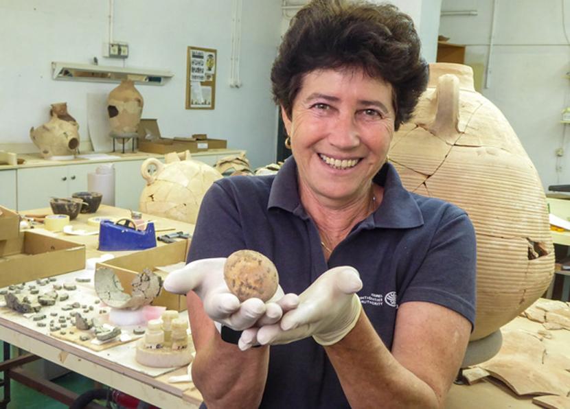 Израильские археологи нашли тысячелетнее куриное яйцо
